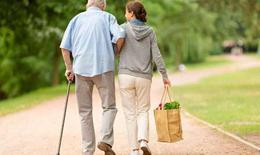 Tốc độ đi bộ chậm tuổi trung niên cảnh báo nguy cơ lão hóa nhanh