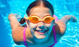 Những cách giúp trẻ yêu thích bơi lội