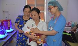 Cứu sống bé gái sinh non 27 tuần tuổi, chỉ nặng 800 gam