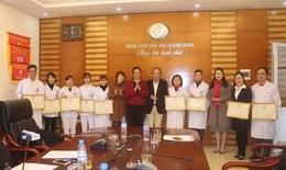 Khen thưởng 10 y bác sĩ hiến máu cứu sống mẹ con sản phụ đờ tử cung sau sinh