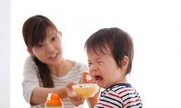 """Chuyên  gia """"vạch trần"""" sai lầm của bố mẹ khi bé rối loạn tiêu hóa, biếng ăn"""