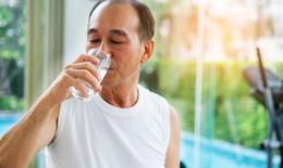 Hướng dẫn uống nước đúng cách, phòng chống đột quỵ do nắng nóng