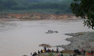 Giải cứu Phó Giám đốc Sở cùng 6 người mắc kẹt trên sông