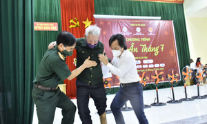 Tặng 300 suất quà cho các gia đình chính sách tại Thái Nguyên