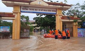 Quảng Trị: Nước lũ bất ngờ bủa vây, 'giải cứu' hàng trăm học sinh