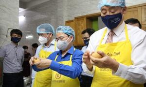 Hội Thầy thuốc trẻ, đại diện WHO tại Việt Nam xuống bếp làm bánh trung thu tặng tuyến đầu chống dịch