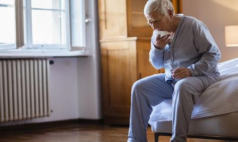 Những biến cố sức khỏe người cao tuổi cần chú ý khi giao mùa