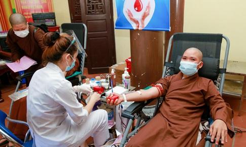 [Ảnh] Tăng ni, Phật tử hiến máu vì miền Nam ruột thịt