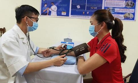 Theo quy định mới, những trường hợp nào phải đo huyết áp khi tiêm vaccine COVID-19?