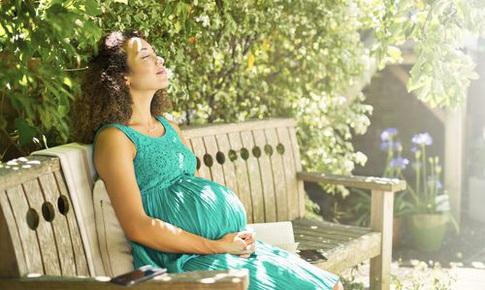Mẹ bầu thường xuyên tắm nắng giúp giảm nguy cơ sinh non