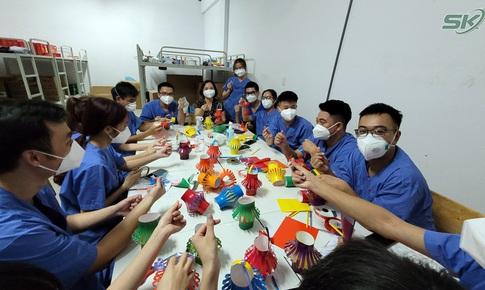 Thầy thuốc trẻ với mong muốn trẻ em trong khu cách ly có một Tết Trung thu ấm áp nơi tâm dịch