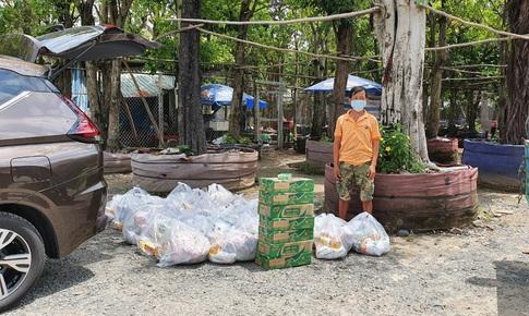 """Gà, sữa… """"đến"""" các xóm lao động nghèo ở tâm dịch TP.HCM trong ngày đầu nghỉ lễ"""