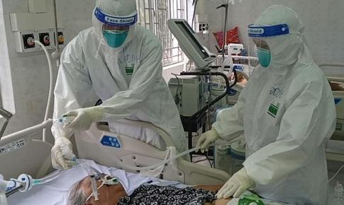 Điều dưỡng cõng bệnh nhân COVID-19, ôm bình oxy 20kg leo 3 tầng, kịp thời cứu sống người bệnh