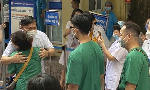 Giám đốc Bệnh viện Phụ sản TW xúc động tiễn y bác sĩ lần thứ 3 vào TP HCM chống dịch COVID-19