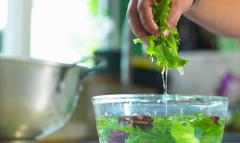 Ngâm rau củ với nước muối để loại bỏ hóa chất, chuyên gia khuyên gì?