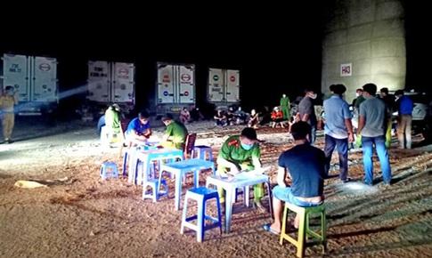 """Phạt 20 người bốc dỡ hàng hóa tại """"bãi xe"""" trái phép dưới gầm cầu Thanh Trì"""