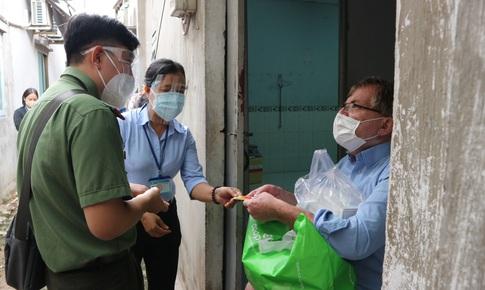 Những phần quà ấm lòng người nước ngoài trong gian khó giữa tâm dịch TP. HCM