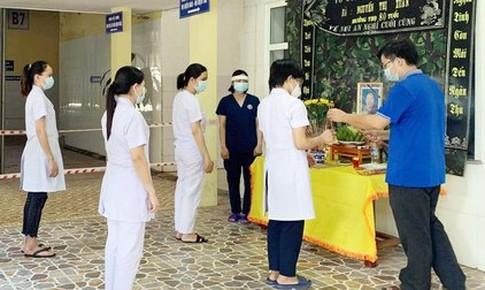 Nghệ An: Nữ kỹ thuật viên lập bàn thờ vọng mẹ tại Bệnh viện Dã chiến số 1