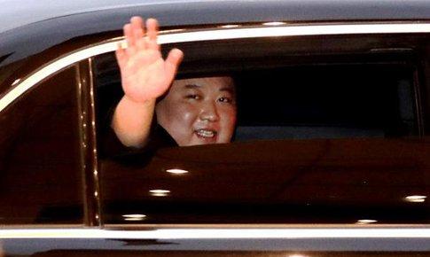 Chủ tịch Kim Jong-un bất ngờ mở kính chống đạn, vẫy chào tạm biệt người dân Việt Nam