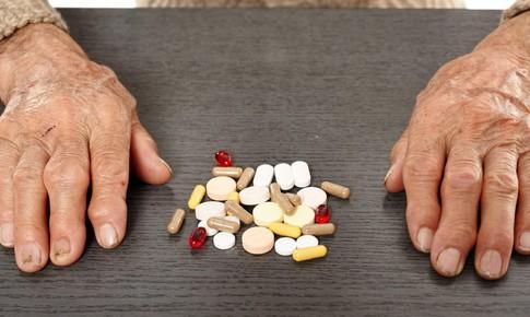 Dùng thuốc có nguy cơ gây té ngã, người già phải cẩn trọng
