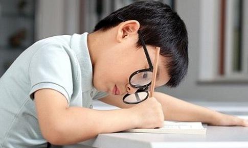 Cong vẹo cột sống ở học sinh: Làm sao phòng tránh?