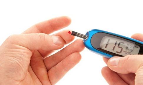 Người bệnh tiểu đường bị ốm, thận trọng khi dùng thuốc