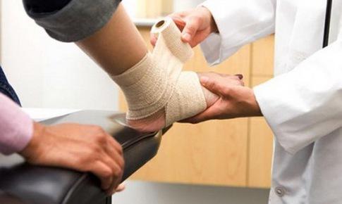 Người cao tuổi cảnh giác với viêm khớp cổ chân
