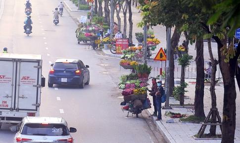 Hàng rong vô tư bán, đường phố vẫn đông đúc sáng ngày đầu Hà Nội thực hiện Chỉ thị 16