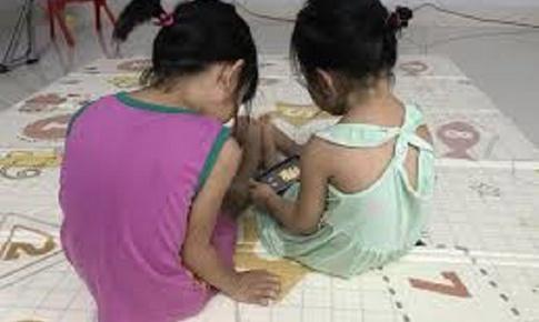 Ở nhà tránh dịch- Làm gì để phòng vẹo cột sống ở trẻ em?