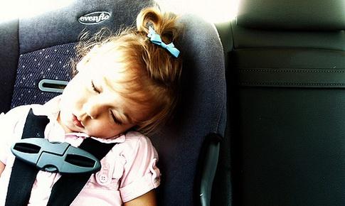 Dạy trẻ kỹ năng thoát hiểm khi bị bỏ quên trong ô tô