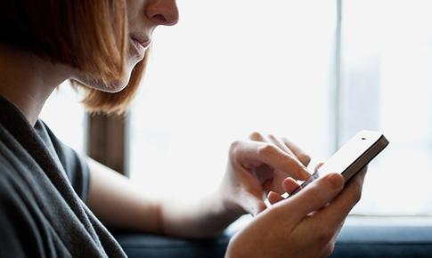 Nguy cơ lác mắt khi dùng điện thoại nhiều