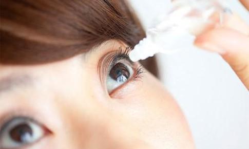 Tai biến nghiêm trọng do tự nhỏ thuốc mắt chứa corticoid