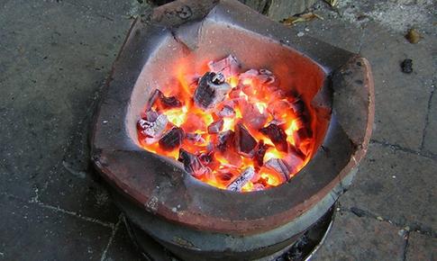 """Đốt than sưởi ấm trong ngày đông: Cảnh giác với làn khói  """"tử thần"""""""