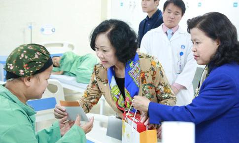 Trưởng Ban Dân vận TW Trương Thị Mai thăm bệnh nhân ung thư nghèo ở Phú Thọ