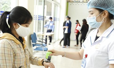 Gắn vòng đeo tay không tháo rời với người nhà vào bệnh viện chăm sóc bệnh nhân