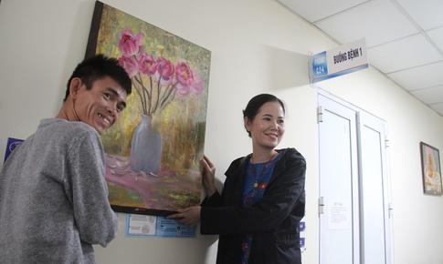 Tặng tranh truyền cảm hứng sống cho bệnh nhân K