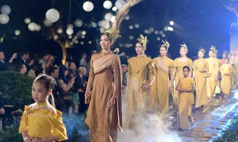 Thế giới trong áo dài Việt
