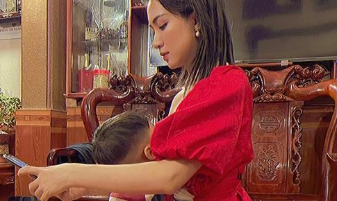 Cộng đồng mạng phát 'sốt' khi Hòa Minzy cho con trai… bú đứng