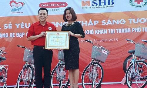 Trao tặng xe đạp cho học sinh nghèo tại huyện Duy Tiên